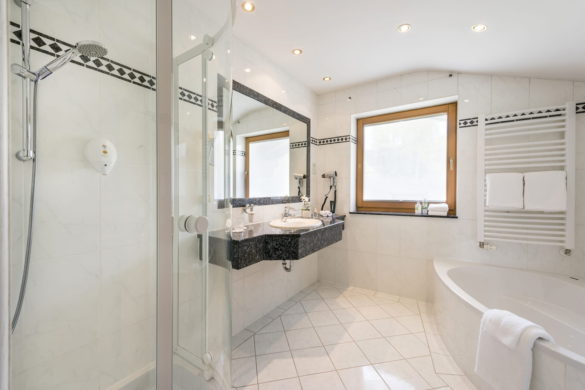 Großes Wohnzimmer, Separates Schlafzimmer, Badezimmer Mit Dusche Und  Badewanne, Separates WC, Nord  Und Ostbalkon